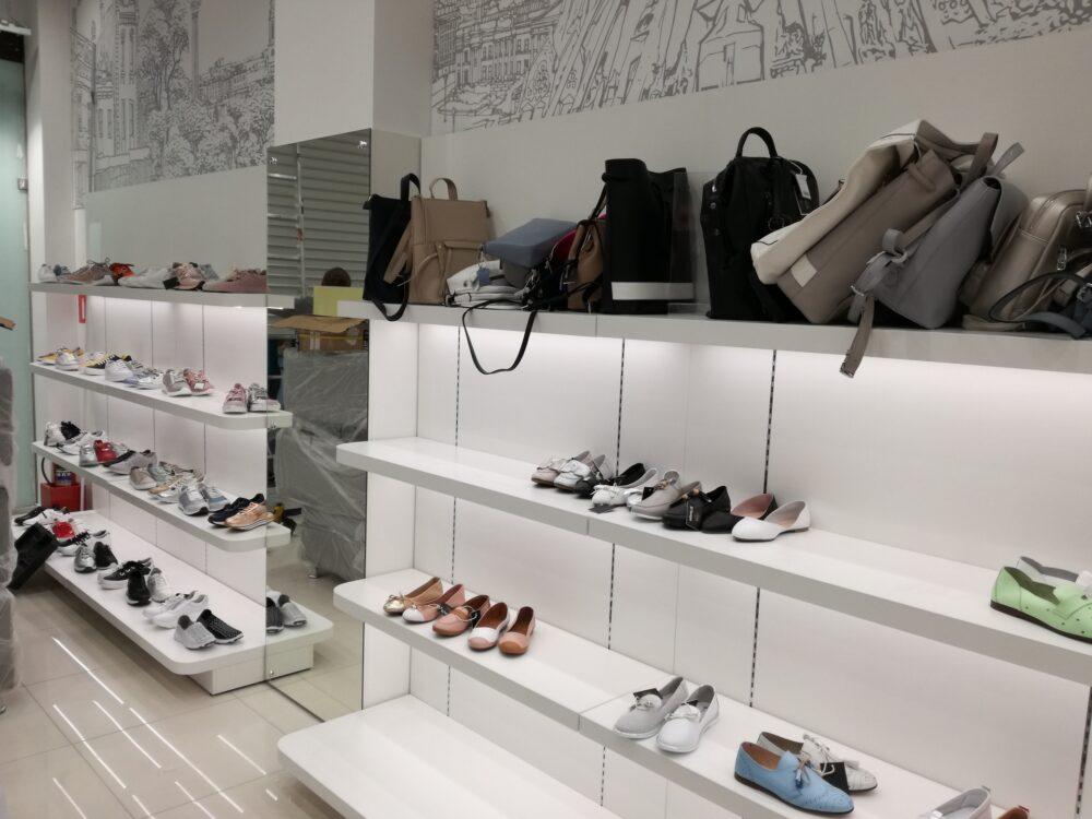 Белая торговая мебель для обувного магазина