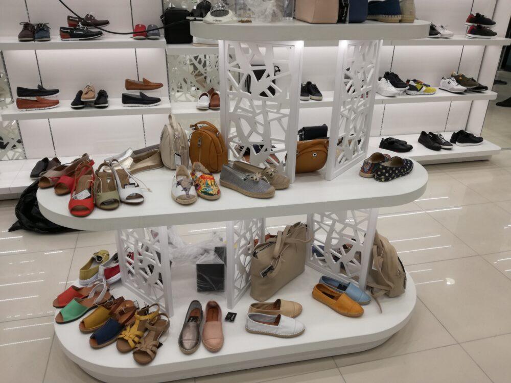 Торговая стойка с полочками для обуви в белом стиле круговая с подсветкой