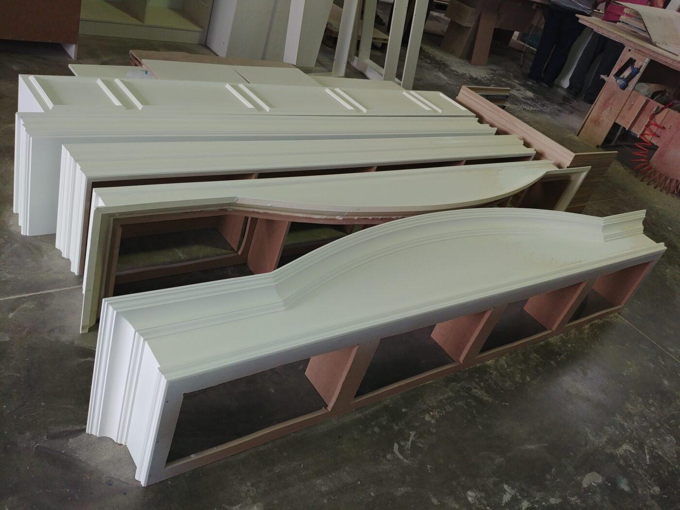 Заготовки будущей мебели для магазина деталь
