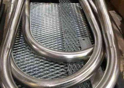 Изогнутые металлические трубы