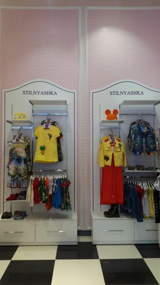 Стеллажи полочки белого цвета для магазина детской одежды Stilnyashka
