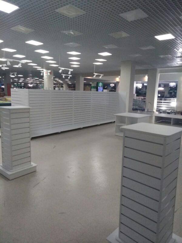 Оборудование магазина внутри белая торговая мебель